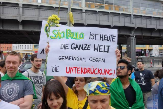 """""""São Paulo é hoje todo o mundo: unidos contra a repressão"""" - manifestante em Berlim. Foto: Claudia Jedin"""