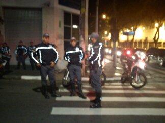Policiais garantindo um direito além do direito à propriedade: o de livre manifestação.