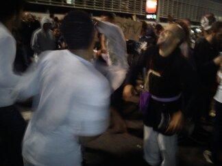 Manifestantes dançando na Avenida Paulista ao som de Criolo.