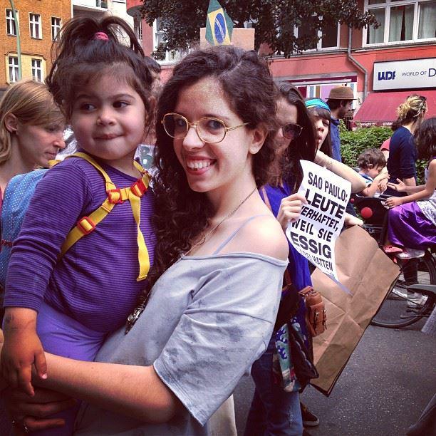 Existe amor em Berlim. Protesto pacífico contou com a participação de famílias: crianças, pessoas com necessidades especiais, bichinhos de estimação. Na foto, vemos duas gerações no protesto. Foto: Ludmila Anders