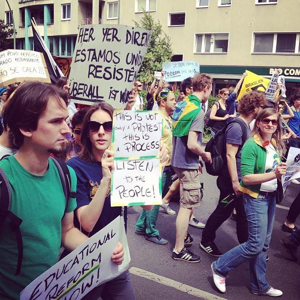Manifestantes marcham em Berlim, Alemanha. Foto: Ludmila Anders