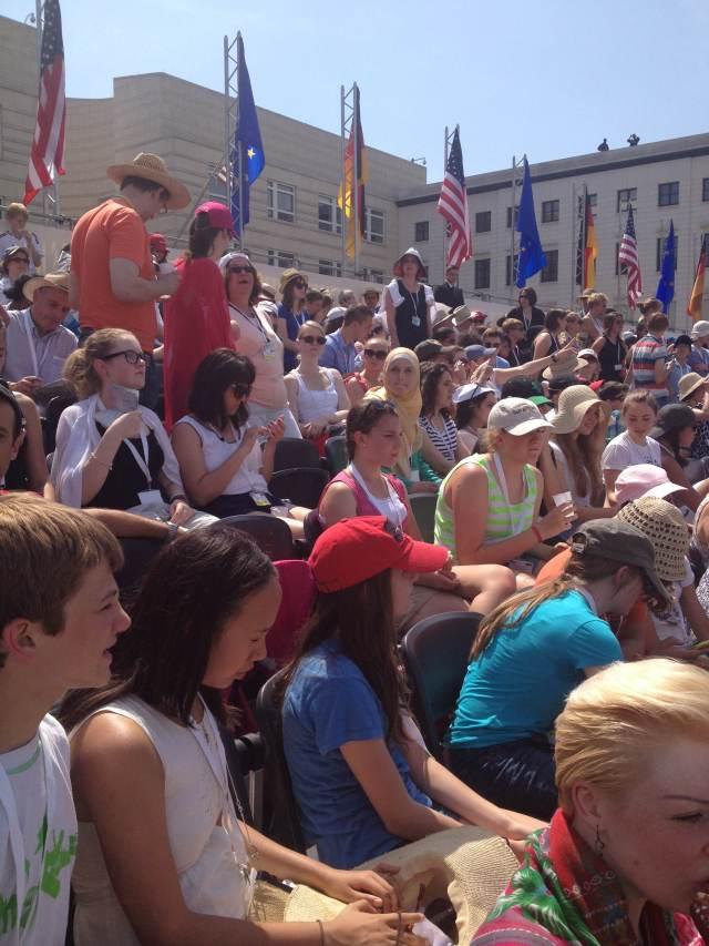 Público na Pariser Platz para ouvir o Presidente dos EE.UU., em Berlim. - Foto: Ludmila Anders