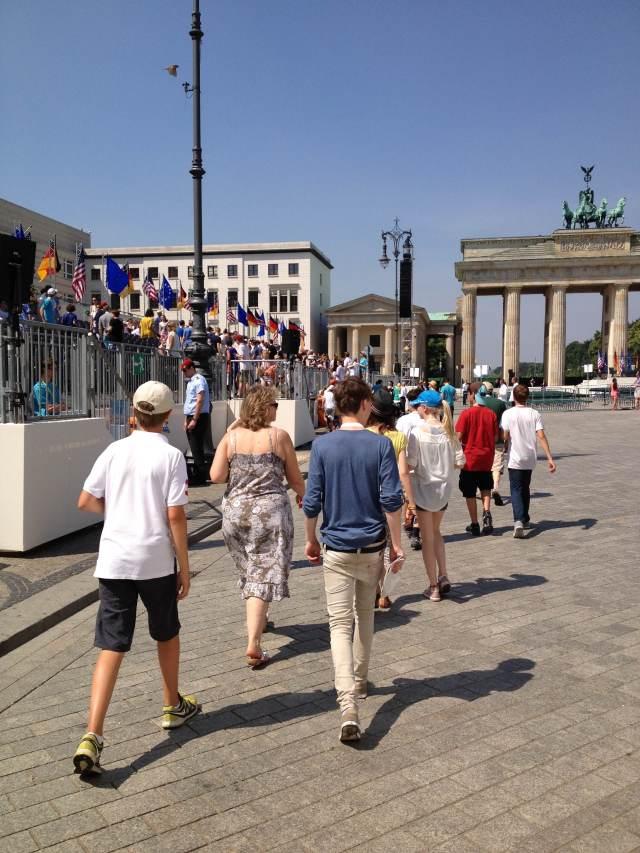 Pariser Platz com Portão de Brandemburgo e as arquibancadas montadas para o evento. - Foto: Ludmila Anders
